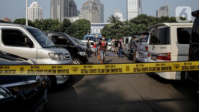 Deratan kendaraan travel gelap yang disita jajaran Direktorat Lalu Lintas Polda Metro Jaya, Jakarta, Kamis (29/4/2021). Sebanyak 115 kendaraan travel gelap diamankan karena diduga kuat mengangkut pemudik di tengah masa pengetatan larangan mudik 2021. (Liputan6.com/Faizal Fanani)