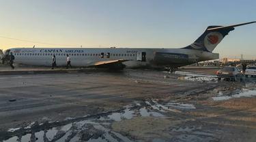 Pesawat penumpang Iran tergelincir dan keluar dari landasan saat akan mendarat di Kota Bandar-e Mahshahr, Iran (27/1/2020). Maskapai Caspian Airlines yang membawa sekitar 150 penumpang dan kru pesawat tersebut terbang dari Bandara Mehrabad, Teheran. (IRINN/ AFP)