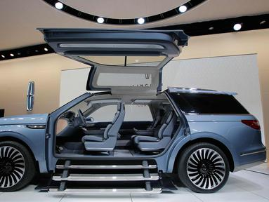 Mobil konsep Lincoln Navigator saat dipamerkan dalam acara New York International Auto Show 2016 di Manhattan, New York (23/3). Mobil ini didesain berkonsep unik dengan fasilitas anak tangga serta pintu yang lebar. (REUTERS/Eduardo Munoz)