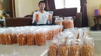 Yongki Aribowo merintis bisnis siomay kering. (Bola.com/Gatot Susetyo)
