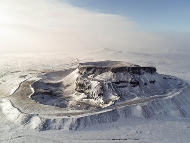 Foto dari udara yang diabadikan pada 28 November 2020 ini menunjukkan pemandangan gunung berapi yang berselimut salju di Ulanqab, Daerah Otonom Mongolia Dalam, China utara. (Xinhua/Wang Zheng)