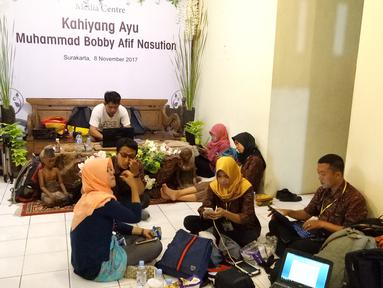 Sejumlah jurnalis dari berbagai media membuat berita di Media Center dekat Graha Saba Buana, Solo, Rabu (8/11). Lebih dari 100 media massa ikut meliput pernikahan putri Presiden Jokowi, Kahiyang Ayu dengan Bobby Nasution. (Liputan6.com/Angga Yuniar)