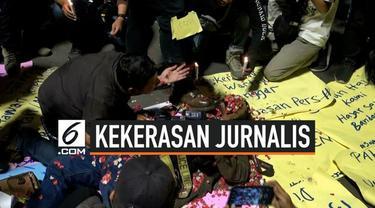 Wartawan dari berbagai media yang tergabung dalam Wartawan Hitam Jakarta mengecam kekerasan yang dilakukan Polisi saat unjuk rasa di Gedung DPR/MPR.