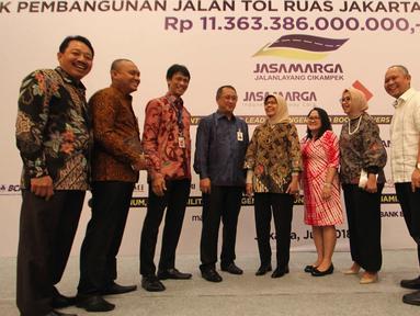 Dirut Jasa Marga Desi Arryani (tengah) berbincang dengan perwakilan perbankan dan pembiayaan usai penandatanganan perjanjian kredit sindikasi Jasa Marga terkait pembangunan ruas Tol Cikampek II, Jakarta, Selasa (31/7). (Merdeka.com/Arie Basuki)