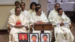 Umat katolik melaksanakan misa peringatan setahun tragedi bom gereja Surabaya di Gereja Katolik Santa Maria Tak Bercela, Surabaya, Jawa Timur, Senin (13/5/2019). Pada peringatan tersebut digelar juga doa lintas agama yang dihadiri sejumlah pemuka agama. (Juni Kriswanto/AFP)