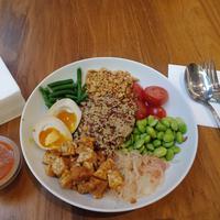 Makan sayur dengan protein. (Foto: Fimela/ Vinsensia Dianawanti)