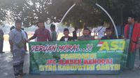 Puluhan santri yang tergabung dalam Aliansi Santri Jember (ASJ) menggelar aksi unjuk rasa menuntut Pemkab jember meminta maaf atas aksi umbar aurat di JFC 2019. (Liputan6.com/ Dian Kurniawan)