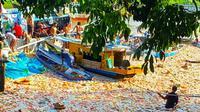 Ribuan bungkus mie instan mengambang di Sungai Siak setelah kapal karam di pelabuhan rakyat. (Liputan6.com/M Syukur)