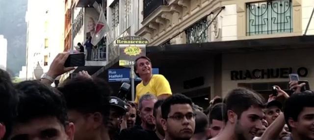 Jair Bolsonaro, kandidat sayap kanan yang unggul dalam persiapan menuju pemilihan presiden Brasil, dilaporkan tengah kritis setelah ditikam oleh saat berkampanye. Insiden itu terjadi hanya satu bulan sebelum pemilihan.
