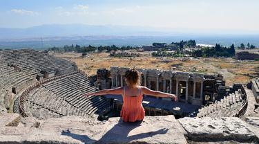 Seorang pengunjung duduk di reruntuhan kota kuno Hierapolis, Denizli, Turki, 6 Agustus 2020. Reruntuhan Hierapolis telah terdaftar sebagai Situs Warisan Dunia UNESCO. (Xinhua/Mustafa Kaya)