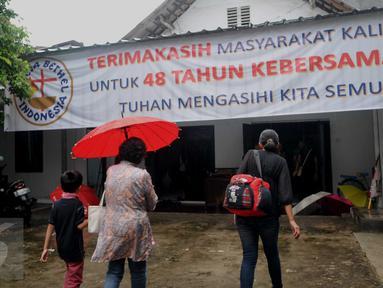 Sejumlah warga mendatangi Gereja Bethel Indonesia Kalijodo, Jakarta, Minggu (28/2/2016). Pemprov DKI Jakarta memberi kesempatan kepada warga Kristiani untuk beribadah sebelum penggusuran yang jatuh pada 29 Februari. (Liputan6.com/Gempur M Surya)
