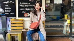 Gaya OOTD Moon Ga Young sendiri terlihat cukup simple. Ia kerap terlihat memadukan jelana jeans dengan kaus yang dibalut dengan outer. Bahkan, sling bag yang dikenakan oleh wanita 24 tahun ini terlihat cukup classy. (Liputan6.com/IG/@m_kayoung)