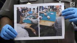 Kabid Humas Polda Metro Jaya Kombes Pol Argo Yuwono menunjukkan foto pelaku perjudian di Polda Metro Jaya, Jakarta, Rabu (14/3). Omset yang diperoleh pelaku setiap periode penyelenggaraan perjudian paikyu sekitar Rp 30 juta. (Liputan6.com/Arya Manggala)