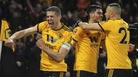 Pemain Wolverhampton Wanderers merayakan gol yang dicetak oleh Raul Jimenez ke gawang Manchester United pada laga Piala FA 2019 di Stadion Molineux, Sabtu (16/3). Wolverhampton menang 2-1 atas Manchester United. (AP/Rui Vieira)