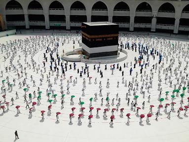 Sejumlah jemaah saling jaga jarak saat melakukan tawaf mengelilingi Ka'bah di dalam Masjidil Haram saat melakukan rangkaian ibadah haji di Kota Suci Mekkah, Arab Saudi, Rabu (29/7/2020).  Karena pandemi virus corona COVID-19, pemerintah Arab Saudi hanya membolehkan sekitar 10.000 orang. (AP Photo)