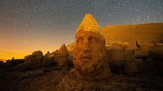 Patung kepala batu besar di situs arkeologi Gunung Nemrut, Adiyaman, Turki, 17 September 2021. Situs arkeologi Gunung Nemrut ditetapkan menjadi Situs Warisan Dunia UNESCO sejak tahun 1987. (YASIN AKGUL/AFP)