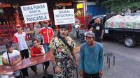 Kopral Bagyo menggelar buka bersama dengan syarat melafalkan Pancasila kepada peserta bukber.(Liputan6.com/Fajar Abrori)