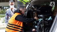 Tersangka Harry Sidabuke mengecek sepeda yang diserahkan perantara anggota Komisi II DPR Ihsan Yunus, Agustri Yogasmara kepada KPK usai rekonstruksi perkara dugaan korupsi pengadaan bantuan sosial penanganan COVID-19, Jakarta, Rabu (10/2/2021). (Liputan6.com/Helmi Fithriansyah)