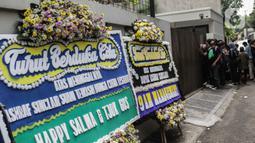 Karangan bunga ucapan duka cita atas meninggalnya almarhum Ashraf Sinclair di kawasan Pejaten Barat IV, Jakarta, Selasa (18/2/2020). Suami Bunga Citra Lestari, Ashraf Sinclair, meninggal dunia diduga akibat serangan jantung pada Selasa 18 Februari 2020 pukul 3.40 pagi. (Liputan6.com/Faizal Fanani)