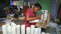 Proses kreatif guru honorer cirebon mengubah pipa bekas menjadi barang bernilai ekonomi. Foto (Liputan6.com / Panji Prayitno)