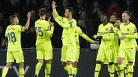 Para pemain Barcelona merayakan gol yang dicetak oleh Lionel Messi ke gawang PSV Eindhoven pada laga Liga Champions di Stadion Philips, Rabu (28/11). Barcelona menang 2-1 atas PSV Eindhoven. (AP/Peter Dejong)