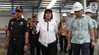Menteri Keuangan Sri Mulyani ditemani Dirjen Bea dan Cukai  Heru Pambudi (kiri) mengunjungi Pusat Logistik Berikat (PLB) Dunia Express, Sunter, Jakarta, Jumat (4/10/2019). Sebelumnya, Sri Mulyani mengaku mendapat keluhan Presiden Jokowi terkait banjir impor tekstil.  (Liputan6.com/Angga Yuniar)