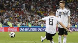 Proses terjadinya gol yang dicetak gelandang Jerman, Toni Kroos, ke gawang Swedia pada laga grup F Piala Dunia di Stadion Fisht, Sochi, Sabtu (23/6/2018). Gol injury time dirinya beri kemenangan untuk Jerman. (AP/Frank Augstein)