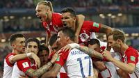 Para pemain Kroasia merayakan gol yang dicetak oleh Luka Modric ke gawang Nigeria pada laga Piala Dunia di Stadion Kaliningrad, Rusia, Minggu (17/6/2018). Kroasia menang 2-0 atas Nigeria. (AP/Petr David Josek)