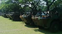 30 Panser Anoa telah berjejer di area parkir Konferensi Asia-Afrika (KAA) depan Istora Senayan sejak pukul 07.00 WIB. (Liputan6.com/Ilyas Istianur Praditya)