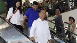 Presiden Joko Widodo bersama putrinya, Kahiyang Ayu dan menantunya Boby Nasution usai menonton film Dilan 1990 di Senayan City, Jakarta, Minggu, (25/2). Jokowi mengenakan kemeja putih dan sepatu merah. (Liputan6.com/Angga Yuniar)