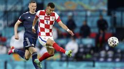 Bermain di markas Skotlandia, Timnas Kroasia langsung mengambil inisiatif serangan. Apalagi, Kroasia membutuhkan kemenangan demi bisa lolos ke-16 besar Euro 2020. (Foto: AP/Pool/Petr David Josek)