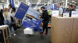 Seorang pria membeli televisi selama perayaan Black Friday di toko Best Buy di Overland Park, Kansas, AS (22/11). Di hari Black Friday, banyak diskon yang ditawarkan berbagai toko, baik online maupun offline. (AP Photo/Charlie Riedel)