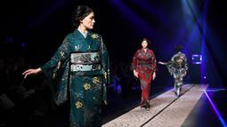 Model berjalan di atas catwalk mengenakan kimono rancangan desainer Jepang, Jotaro Saito untuk koleksi Fall Winter 2019/2020 pada Tokyo Fashion Week di Tokyo, Rabu (20/3/2019). (Photo by Toshifumi KITAMURA / AFP)