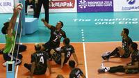 Tim voli duduk putra Iraq menghadang smash pemain Indonesia saat berhadapan pada pertandingan Asian Para Games di GBK, Jakarta, Senin (8/10). Indonesia kalah dari Iraq dengan skor 25-11, 25-10, dan 25-10. (Merdeka.com/Imam Buhori)