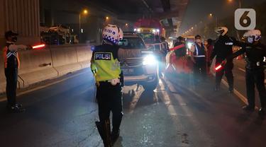 Pemeriksaan Larangan Mudik di Pintu Tol Cikarang Barat