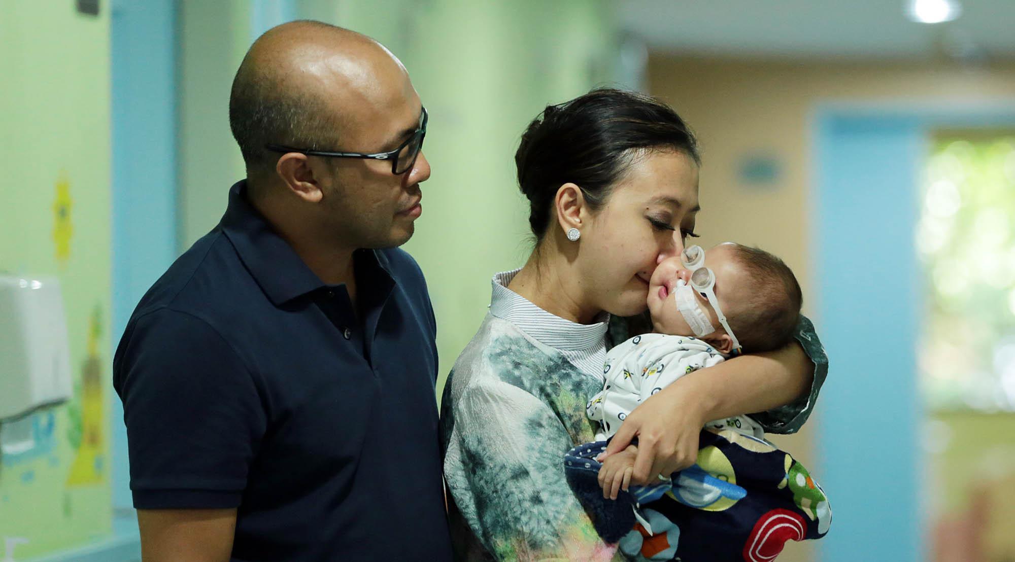 Ciuman Asri Welas pada Ibran saat keluar dari rumah sakit. (Deki Prayoga/Bintang.com)