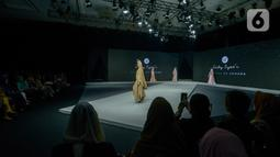 Model memeragakan busana dalam Muslim Fashion Festival (Muffest) 2020 di Jakarta Convention Center (JCC), Jakarta, Kamis (20/2/2020). Muffest 2020 ajang pameran para pelaku industri busana muslim Tanah Air. (merdeka.com/Imam Buhori)