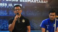 Direktur PT Persib Bandung Bermartabat (PBB), Teddy Tjahjono (kiri) memberikan keterangan kepada awak media. (Bola.com/Erwin Snaz)