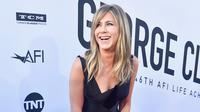 """Aktris Jennifer Aniston tersenyum di karpet merah saat menghadiri """"AFI Life Achievement Award Gala"""" ke-46 di Dolby Theatre di Hollywood, Los Angeles, AS (7/6).  Jennifer Aniston tampil penuh senyum mengenakan gaun berwarna hitam. (AP Photo/Willy Sanjuan)"""