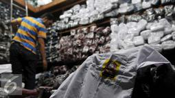Penjual merapikan dagangannya di salah satu toko di Pasar Cipulir, Jakarta, Selasa (12/7). Menjelang dimulainya tahun ajaran baru pada 18 Juli mendatang, penjualan seragam sekolah meningkat 30 persen. (Liputan6.com/Johan Tallo)