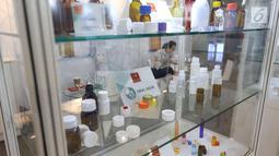 Sejumlah produk dipamerkan selama pameran niaga bahan baku industri farmasi CPhI SEA 2018 di JIExpo Jakarta, Kamis (29/3). CPhI merupakan pameran khusus bagi industri farmasi. (Liputan6.com/Angga Yuniar)