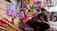 Pengrajin menyelesaikan pembuatan terompet buatannya di kawasan Glodok, Jakarta, Selasa (26/12). Menjelang tahun baru, terompet konvensional tersebut dijual dengan harga Rp5.000 hingga Rp15.000 tergantung jenis dan ukurannya. (Liputan6.com/Faizal Fanani)