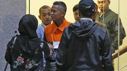Komisioner KPU Wahyu Setiawan (ketiga kiri) usai menjalani pemeriksaan di Gedung KPK, Jakarta, Jumat (10/1/2020). KPK resmi menahan Wahyu Setiawan yang sebelumnya ditetapkan sebagai tersangka kasus suap terkait pergantian antar-waktu anggota DPR RI periode 2019-2024. (Liputan6.com/Herman Zakharia)