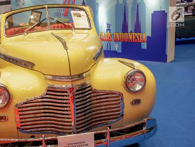 Mobil klasik dipamerkan selama Indonesia International Motor Show (IIMS) 2019 di JIExpo Kemayoran, Jakarta, Kamis (25/4). Selain mobil-mobil teranyar, ajang IIMS 2019 juga memamerkan mobil-mobil klasik sebagai edukasi mengenai sejarah industri otomotif di Indonesia. (Liputan6.com/Faizal Fanani)