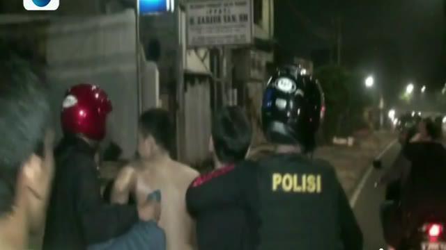 Polisi pun terpaksa menembakan peluru hampa ke udara untuk memberi peringatan agar para tersangka tidak kabur.