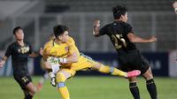 Kiper Bali United, Nadeo Argawinata, saat melawan Timnas Indenesia pada laga uji coba di Stadion Madya, Jakarta, Minggu (7/3/2021). Indonesia menang dengan skor 3-1. (Bola.com/ Ikhwan Yanuar Harun)