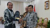 Wali Kota Bitung Maximiliaan Jonas Lomban menerima Anugerah Paritrana 2018.