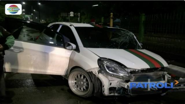 Akibat kecelakaan ini, satu orang penumpang terjepit dan tiga lainnya luka-luka dan saat ini sudah menjalani perawatan di RSCM Jakarta.
