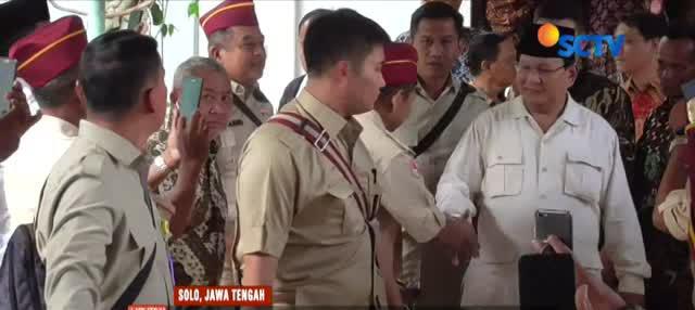 Kehadiran Prabowo disambut simpatisan dan pendukungnya yang sudah menunggu di lokasi acara.