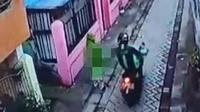 Tangkapan layar rekaman CCTV aksi bejat pria berjaket Ojol Remas Payudara Pedagang Kue Keliling Makassar (Liputan6.com/Istimewa)